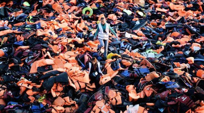 c7c68964b2 Τα σωσίβια των προσφύγων ανακυκλώνονται και γίνονται πορτοφόλια και τσάντες!
