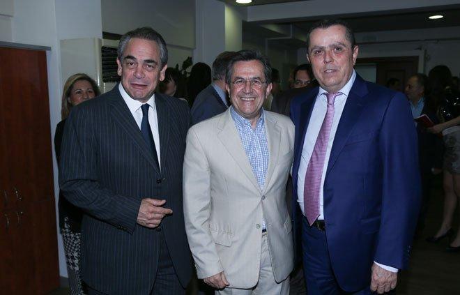 Ο εκδότης Νίκος Καραμανλής με τους Νίκους Νικολόπουλο και τον Πρόεδρο του ΕΒΕΑ Κωνσταντίνο Μίχαλο