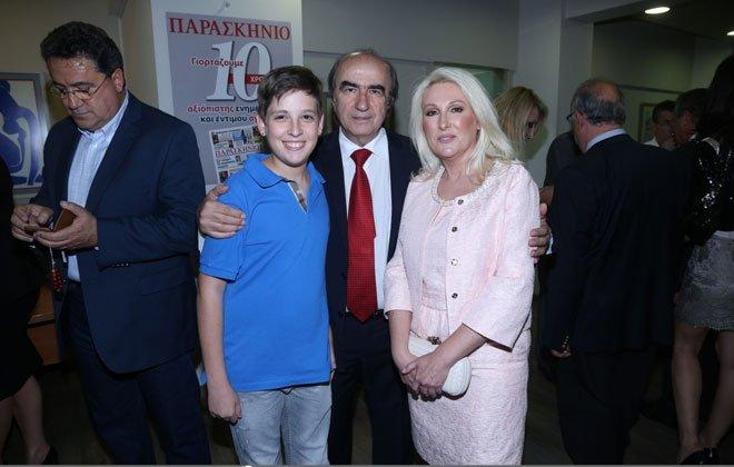 Η Χαρά Καραμανλή με τον γιο του και τον Τάκη Σκανδαλάκη