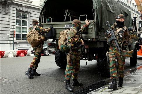 Στρατιώτες στους δρόμους των Βρυξελλών το Σάββατο: Το Βέλγιο παραμένει σε επιφυλακή   (Φωτογραφία:  Reuters )