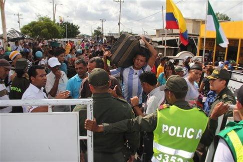 Χιλιάδες άνθρωποι στα σύνορα Βενεζουέλας - Κολομβίας   (Φωτογραφία:  ΑΠΕ )