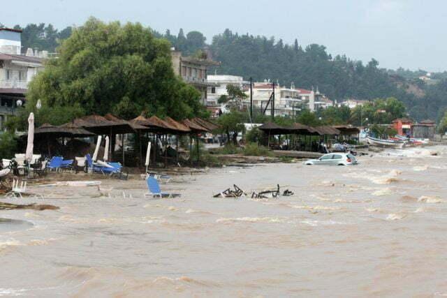 Αυτοκίνητο και αντικείμενα  έχουν  παρασυρθεί από τα νερά της βροχής μέχρι την παραλία, στην Αγία Τριάδα Δήμου Θερμαϊκού, Τετάρτη 7 Σεπτεμβρίου 2016. Σοβαρά προβλήματα και πολλές καταστροφές στην Θεσσαλονίκη έχει προκαλέσει η έντονη βροχόπτωση που πλήττει από χθες την ευρύτερη περιοχή της Θεσσαλονίκης. ΑΠΕ ΜΠΕ/PIXEL/ΣΩΤΗΡΗΣ ΜΠΑΡΜΠΑΡΟΥΣΗΣ