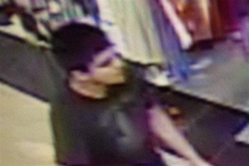 Eικόνα από τις κάμερες του εμπορικού κέντρου: ο δράστης είναι νεαρός   (Φωτογραφία:  ΑΠΕ )