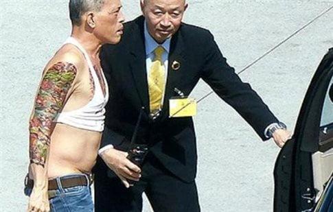 Ο πρίγκιπας της Ταϊλάνδης στη φωτογραφία που σαρώνει το Internet