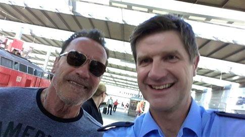 «Στον σταθμό του Μονάχου, που με σταμάτησε η αστυνομία (άχου)»: Ο Terminator την γλίτωσε με μία selfie (φωτ. από το twitter της βαυαρικής αστυνομίας)