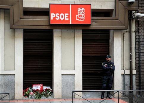 Τα γραφεία του Σοσιαλιστικού Κόμματος στη Μαδρίτη. Μέλη του κόμματος άφησαν λουλούδια και ένα χαρτί που έγραφε «θέλουμε να αποφασίσουμε»   (Φωτογραφία:  Reuters )