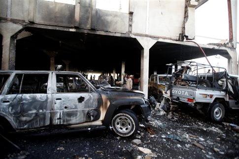 Η επιδρομή έγινε σε αίθουσα που γινόταν κηδεία στην πρωτεύουσα Σαναά   (Φωτογραφία:  Reuters )