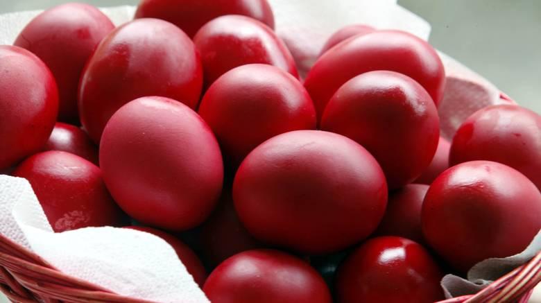 Πώς να καθαρίσετε κόκκινα αυγά χωρίς να λερωθείτε (ΒΙΝΤΕΟ) - Karfitsa.gr