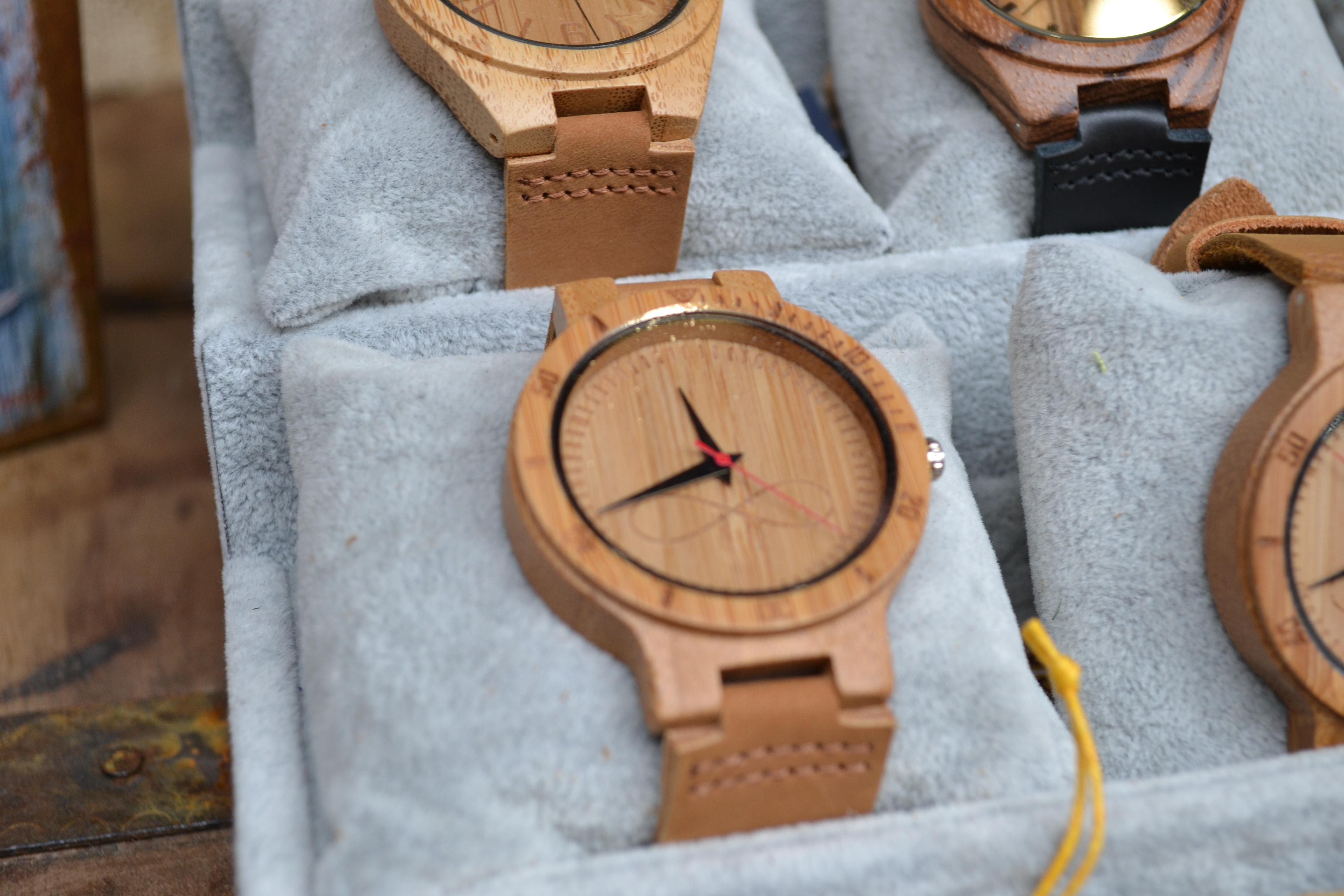 Τα ρολόγια από ξύλο είναι χειροποίητα κι έχουν τη δική τους διαδικασία για  να κατασκευαστούν και να συναρµολογηθούν. Ο κ. Πλιάγκας µας εξήγησε βήµα  βήµα τη ... f3c3667eae7